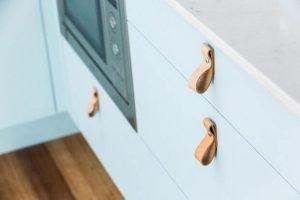 Tiradores cuero cajones - Dimensi-on Estudio de Interiorismo