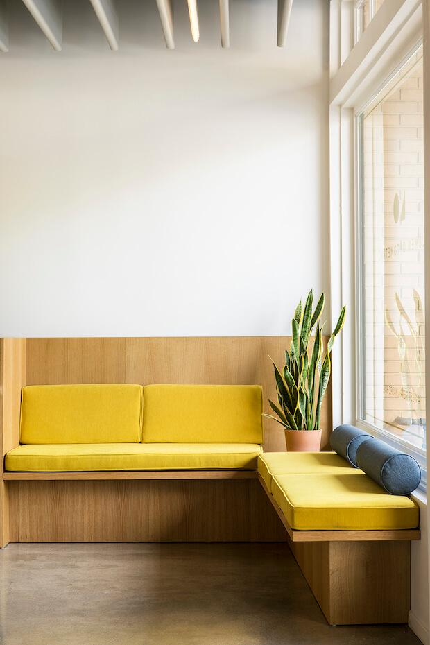 Amarillo mostaza y madera