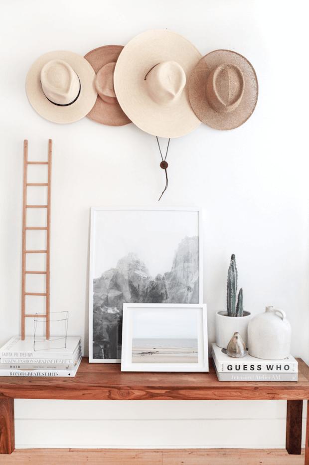 Decoración con colección de sombreros