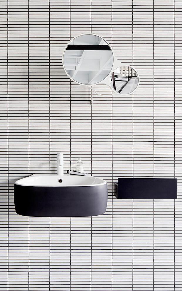 Baños en blanco y negro modernos