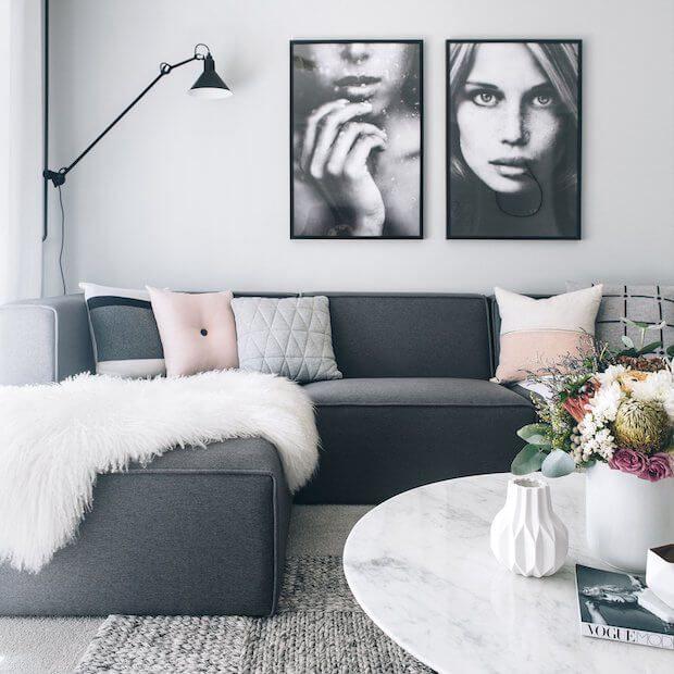 Cómo decorar un sofá gris oscuro