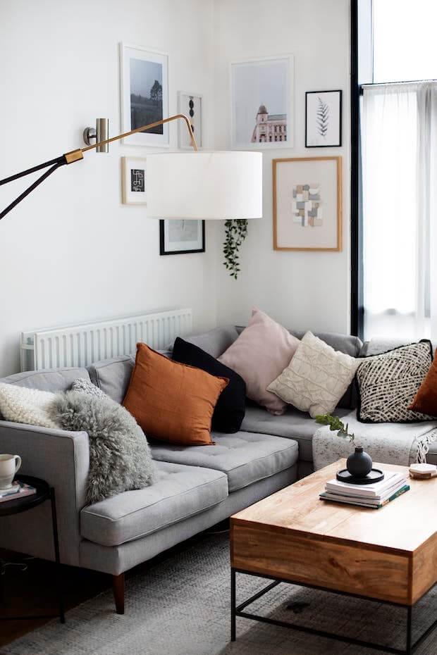 Sofá gris con alfombra