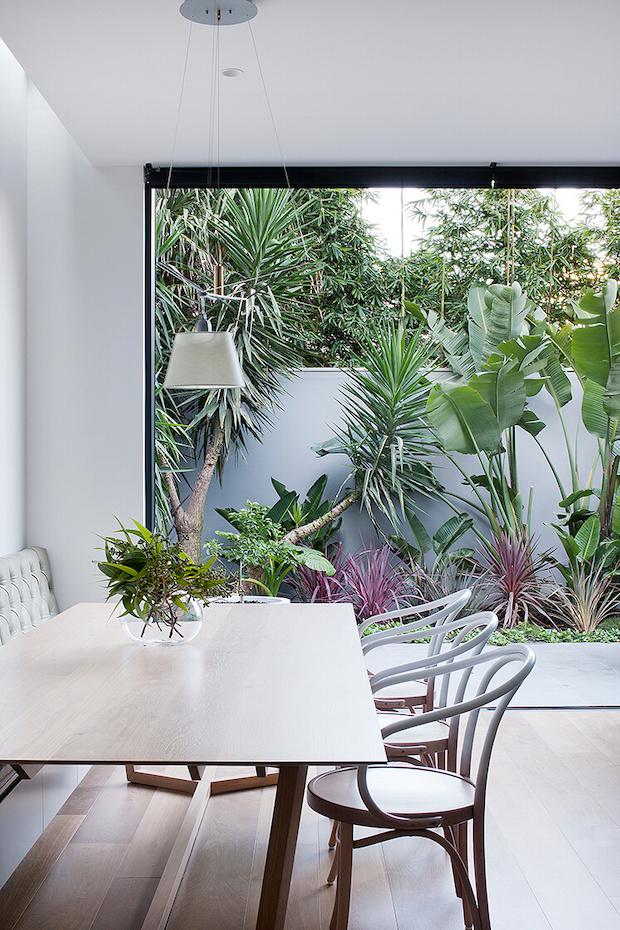 Casa en primavera y espacios abiertos al exterior