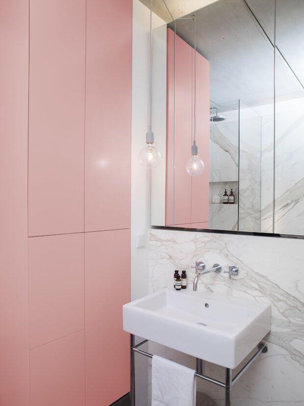 Cambiar la decoración del baño: muebles de colores