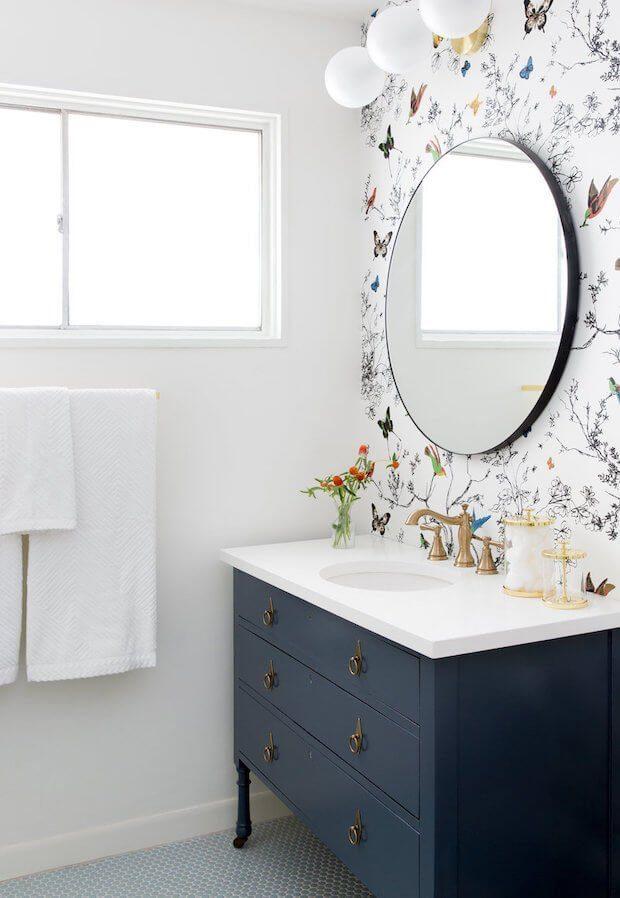 Cambiar el cuarto de baño: empapelado
