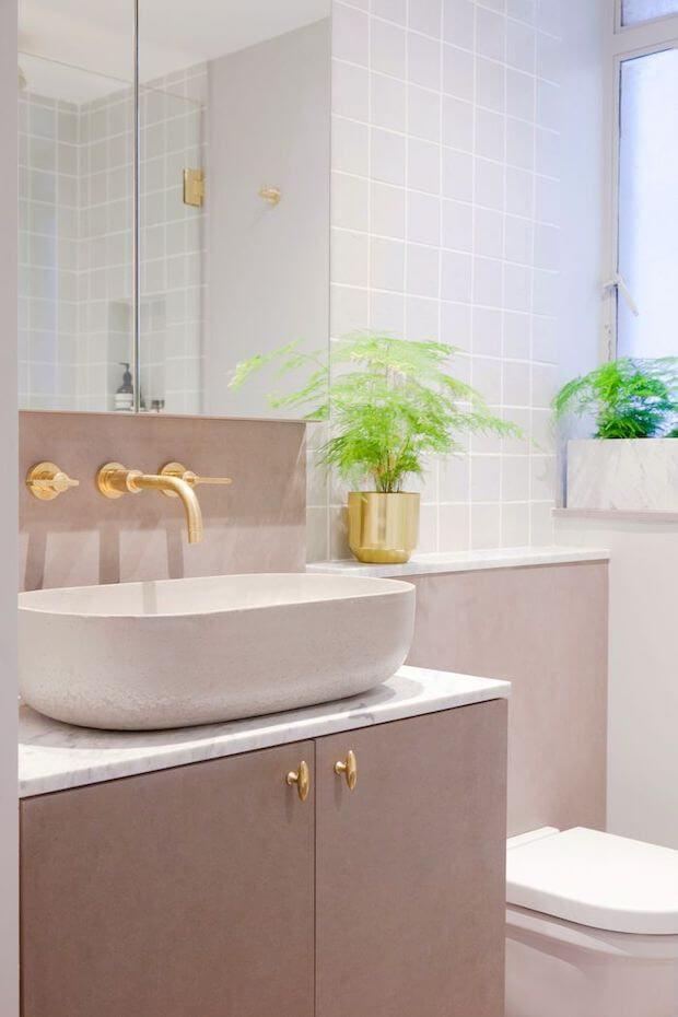 Cambiar el baño: griferías doradas