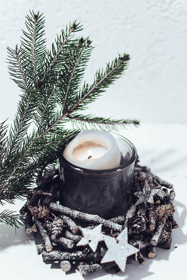 Decoración navideña con velas en blanco y negro