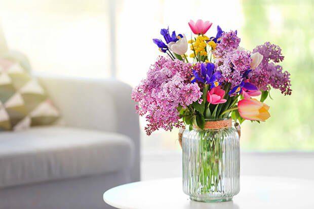 Como colocar flores artificiales en un jarrón