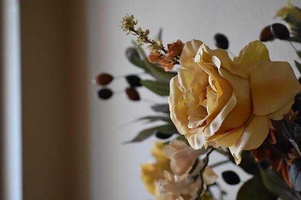 Decorar con centros de mesa en flores artificiales