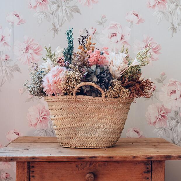 Decoración con flores artificiales en casa