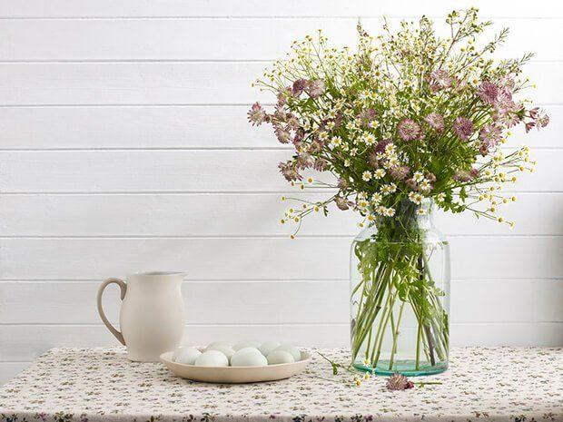 decorar un jarron grande con flores artificiales