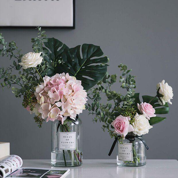 Decorar un salón con flores artificiales