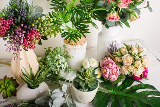 Decoración de interiores con flores artificiales